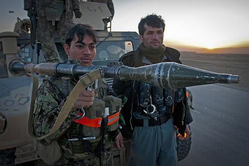 RPG-7と2人の兵士