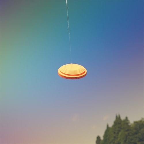 晴れた空を背景にブラウンレンズでクレーを見たとき