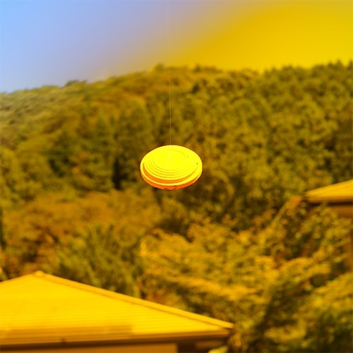 晴天、山を背景にオレンジレンズでクレーを見たとき