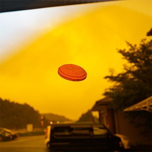 曇り空を背景にオレンジレンズでクレーを見たとき