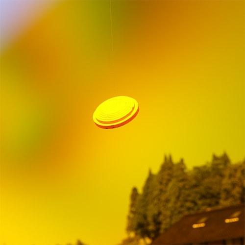 晴れた空を背景にオレンジレンズでクレーを見たとき