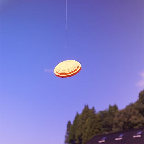 晴れた空を背景にバーミリオンレンズでクレーを見たとき