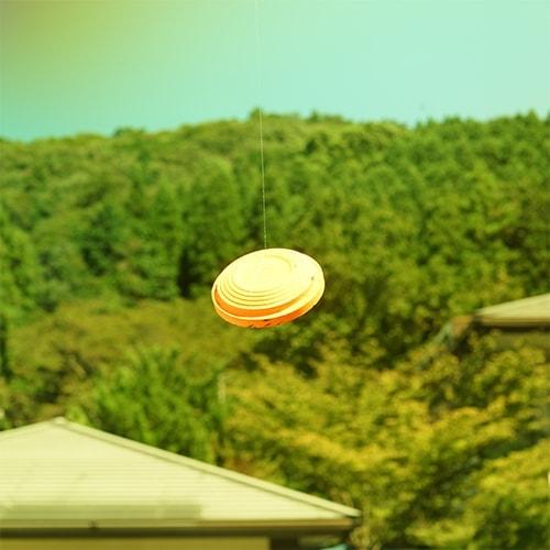 晴天、山を背景にイエローレンズでクレーを見たとき