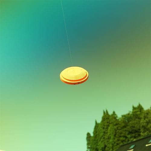 晴れた空を背景にイエローレンズでクレーを見たとき