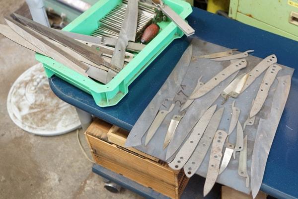 切りだす前のナイフ鋼材
