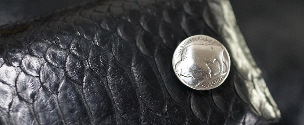 ヘビ革財布とバッファローコンチョ