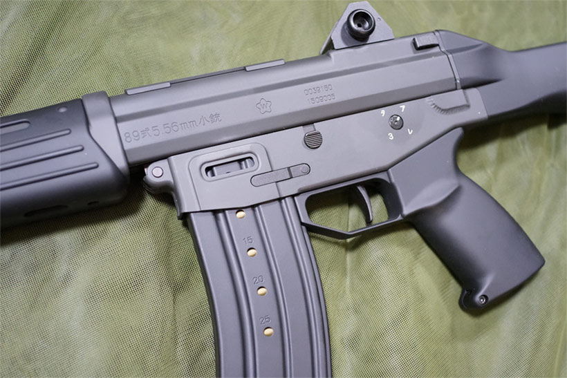 グリップとマガジンと89式 5.56ミリ小銃の刻印
